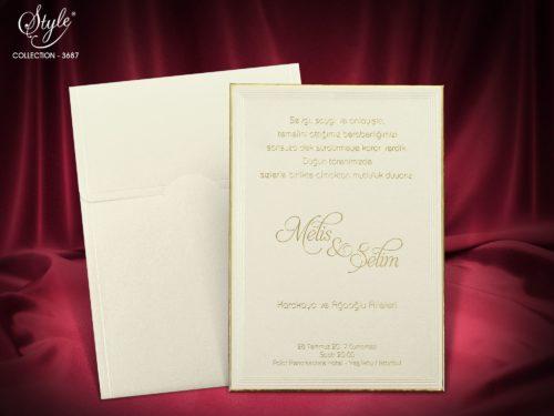 Luxe crème trouwkaart op goud versierd bordje met envelop