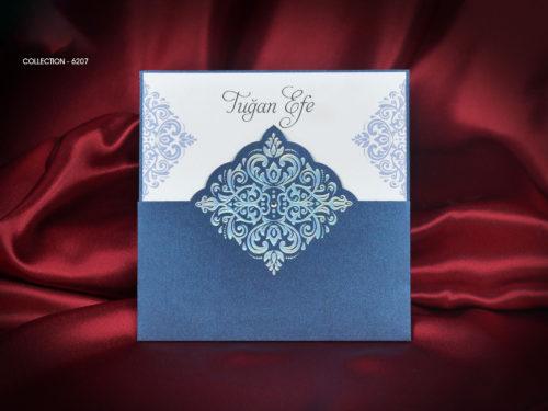 Moderne trouwkaart in blauwe houder