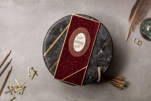 Klassieke trouwkaart met rode omslag en gouden versiering