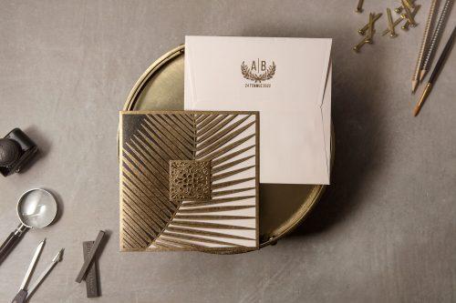 Moderne trouwkaart lasercut met gouden omslag