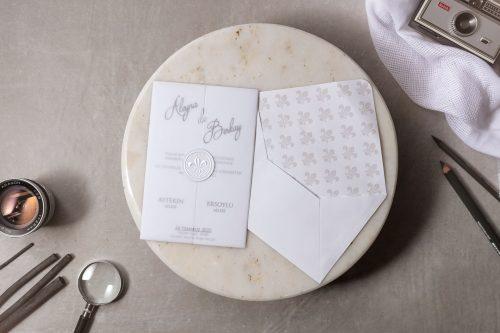 Moderne trouwkaart met doorzichtige omslag en gouden zegel