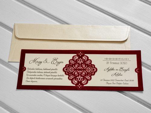 Klassieke trouwkaart met rode textiel tinten